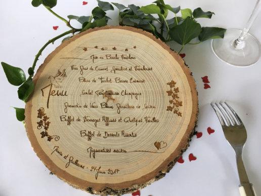 menu gravé sur rondin de bois